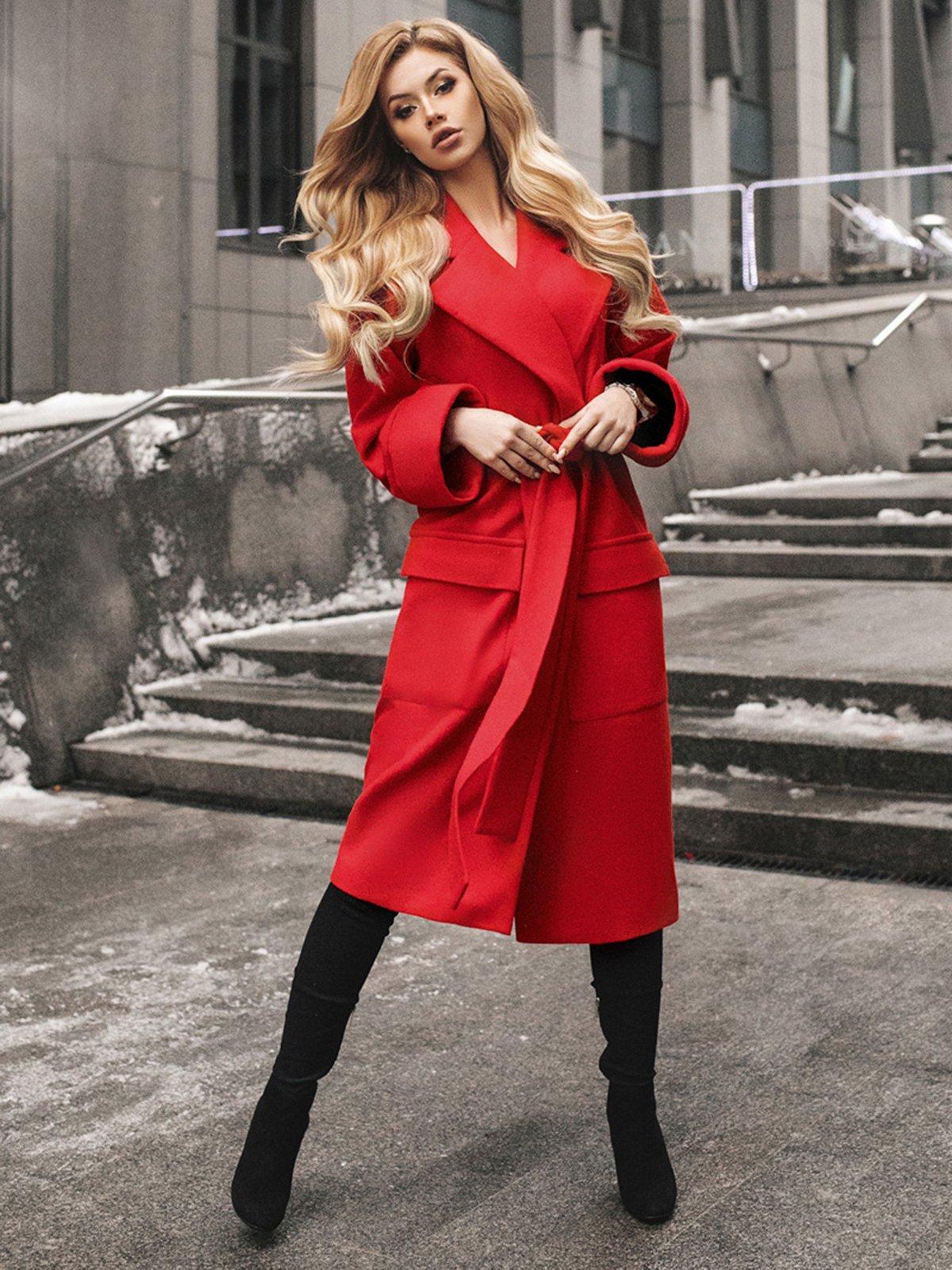 Красное пальто фото 5