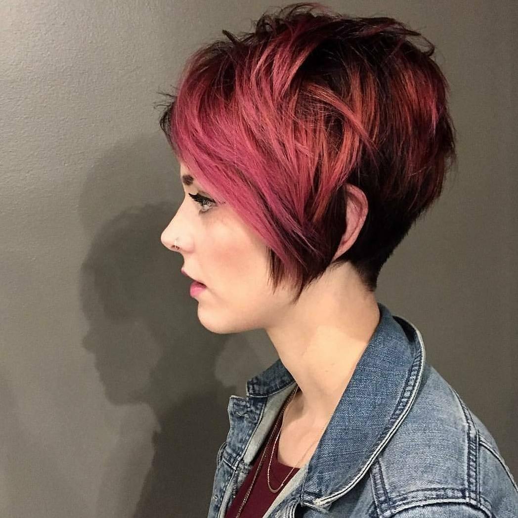 Для владелиц такого типа волос идеально подойдут модные и броские цвета, которые помогут девушке выделиться из толпы.