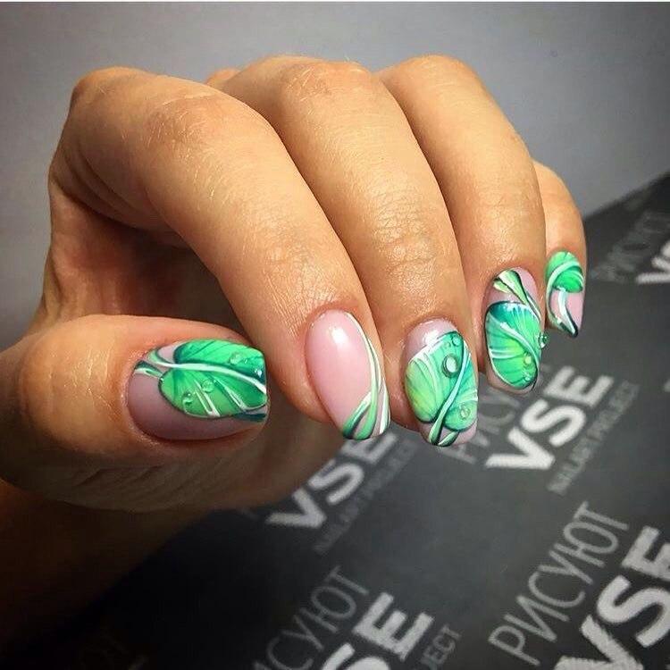 Нюдовый маникюр с зеленым флористическим узором фото 12