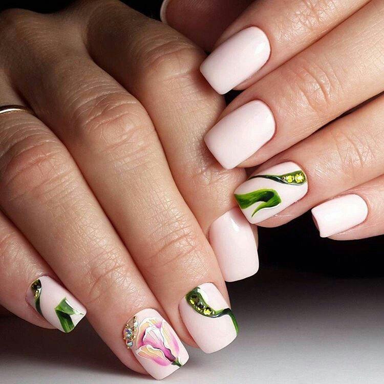 Нюдовый маникюр с зеленым флористическим узором фото 11