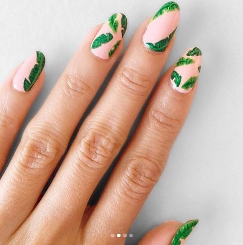 Нюдовый маникюр с зеленым флористическим узором фото 16
