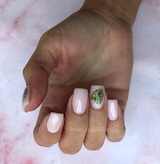 Нюдовый маникюр с зеленым флористическим узором фото 5
