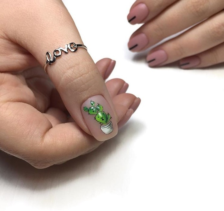 Нюдовый маникюр с зеленым флористическим узором фото 6