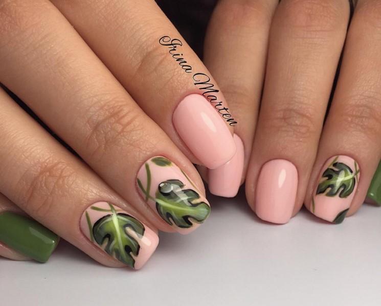 Нюдовый маникюр с зеленым флористическим узором фото 10