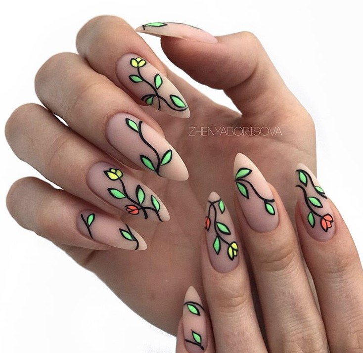 Нюдовый маникюр с зеленым флористическим узором фото 1