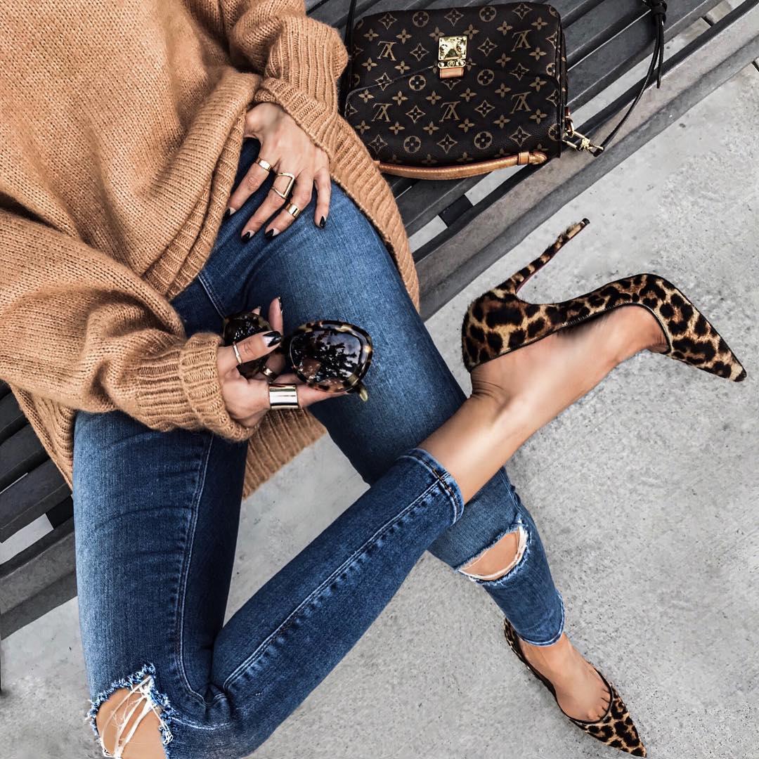 как стильно носить рваные джинсы осенью 2019 фото 11