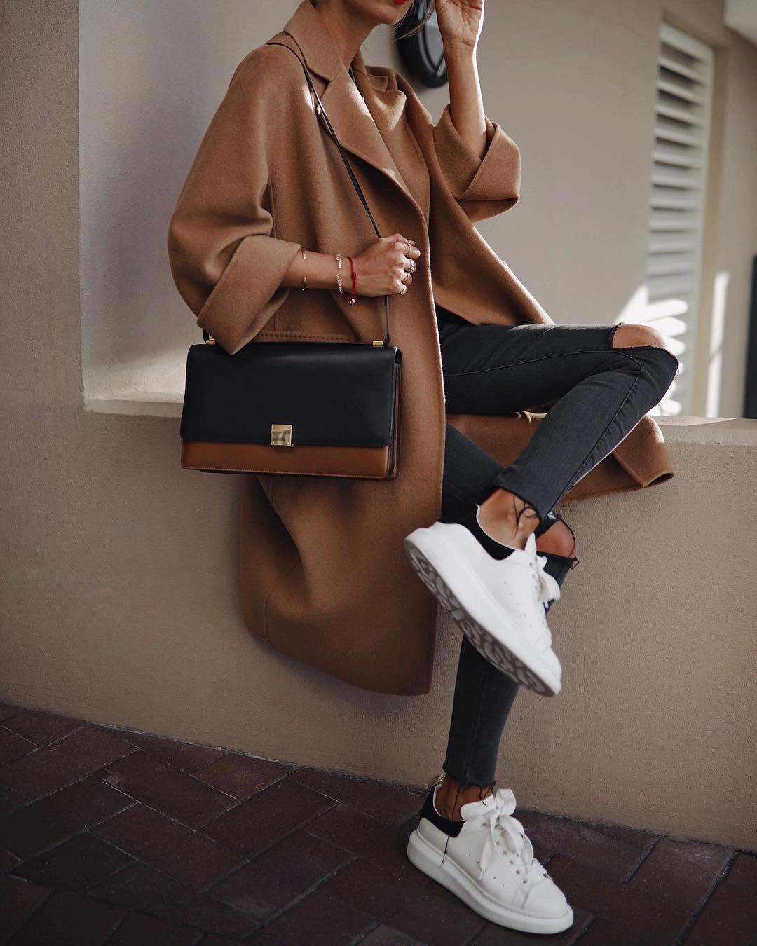 как стильно носить рваные джинсы осенью 2019 фото 21