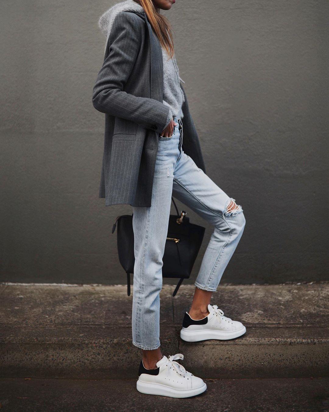 как стильно носить рваные джинсы осенью 2019 фото 18