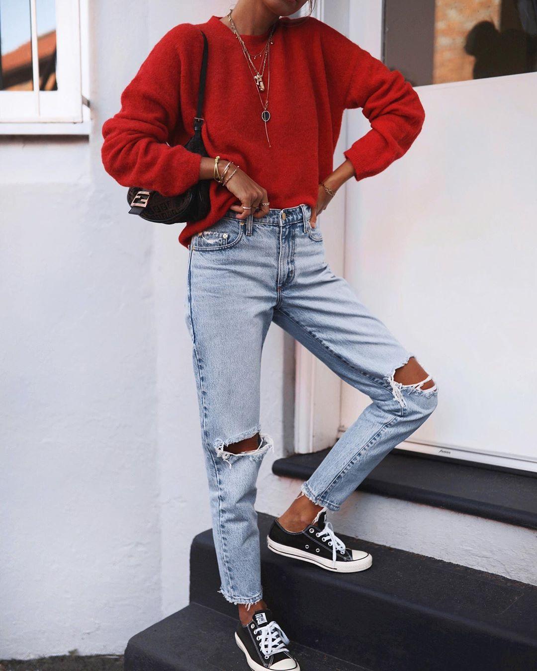 как стильно носить рваные джинсы осенью 2019 фото 17
