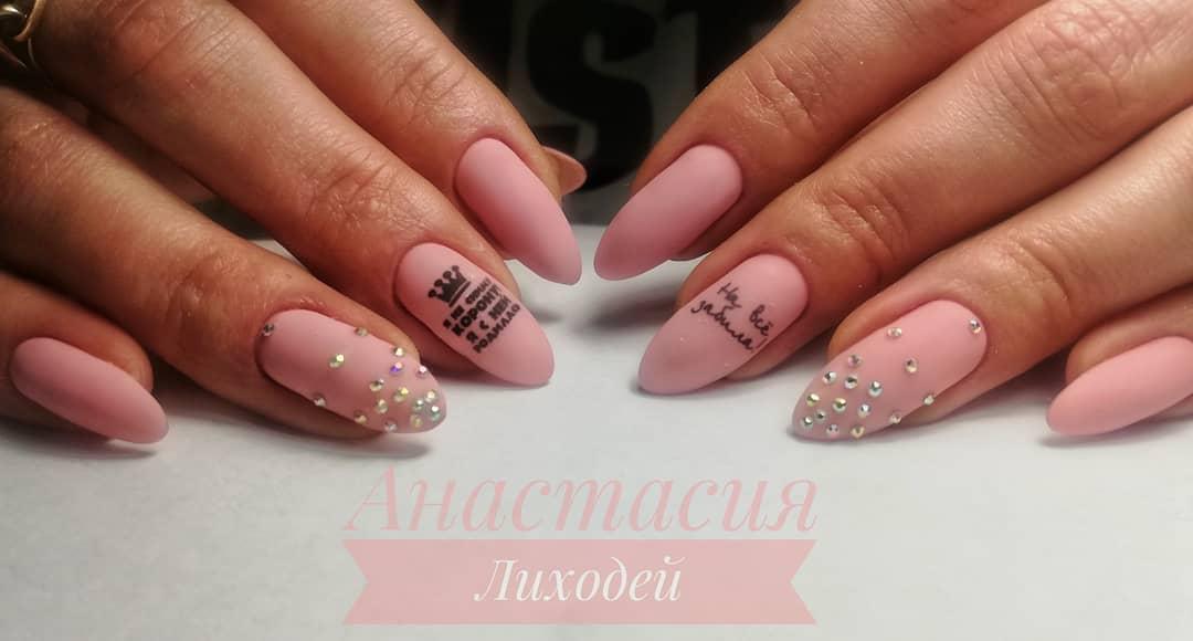 Буквы, слова и надписи на ногтях фото_17