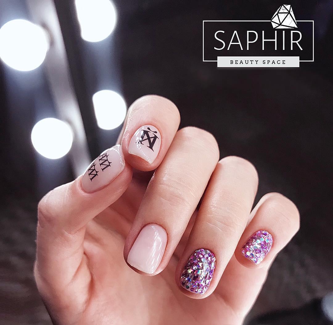 Буквы, слова и надписи на ногтях фото_8