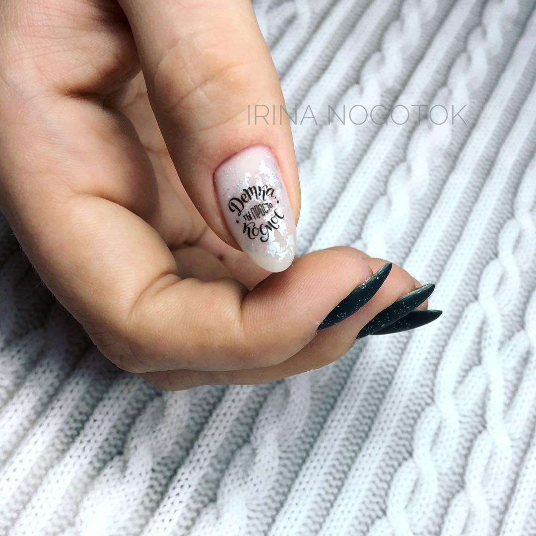 Буквы, слова и надписи на ногтях фото_27