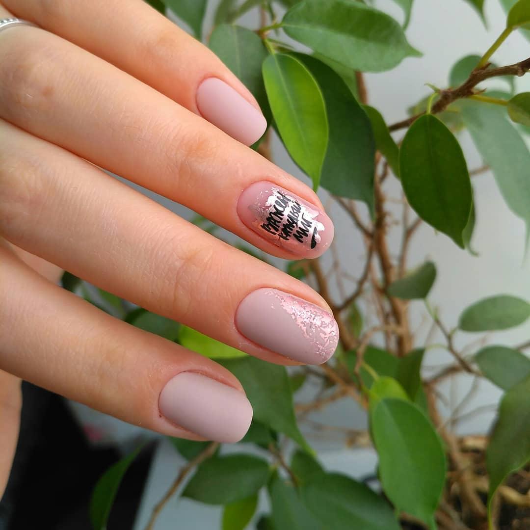 Буквы, слова и надписи на ногтях фото_6
