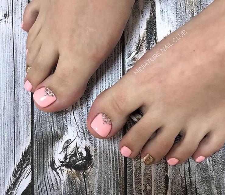 Розовый педикюр 2018-2019 фото 25