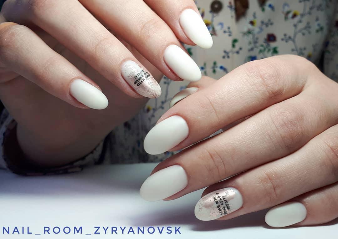 Буквы, слова и надписи на ногтях фото_13