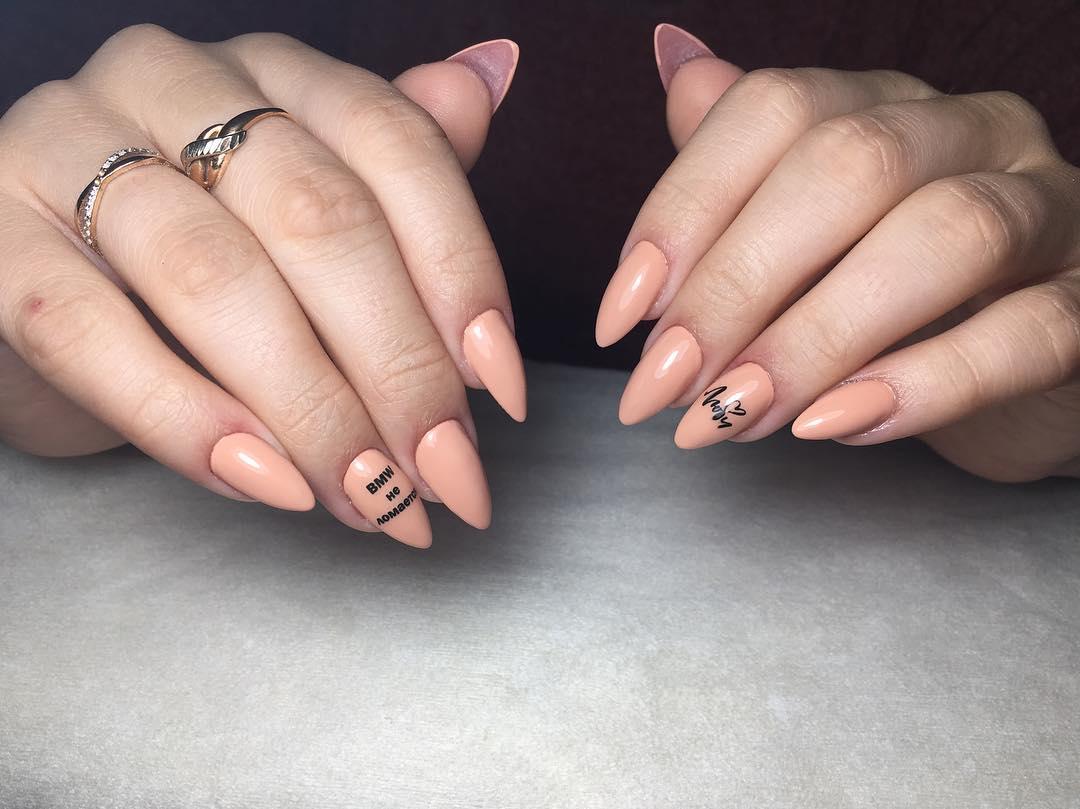 Буквы, слова и надписи на ногтях фото_30