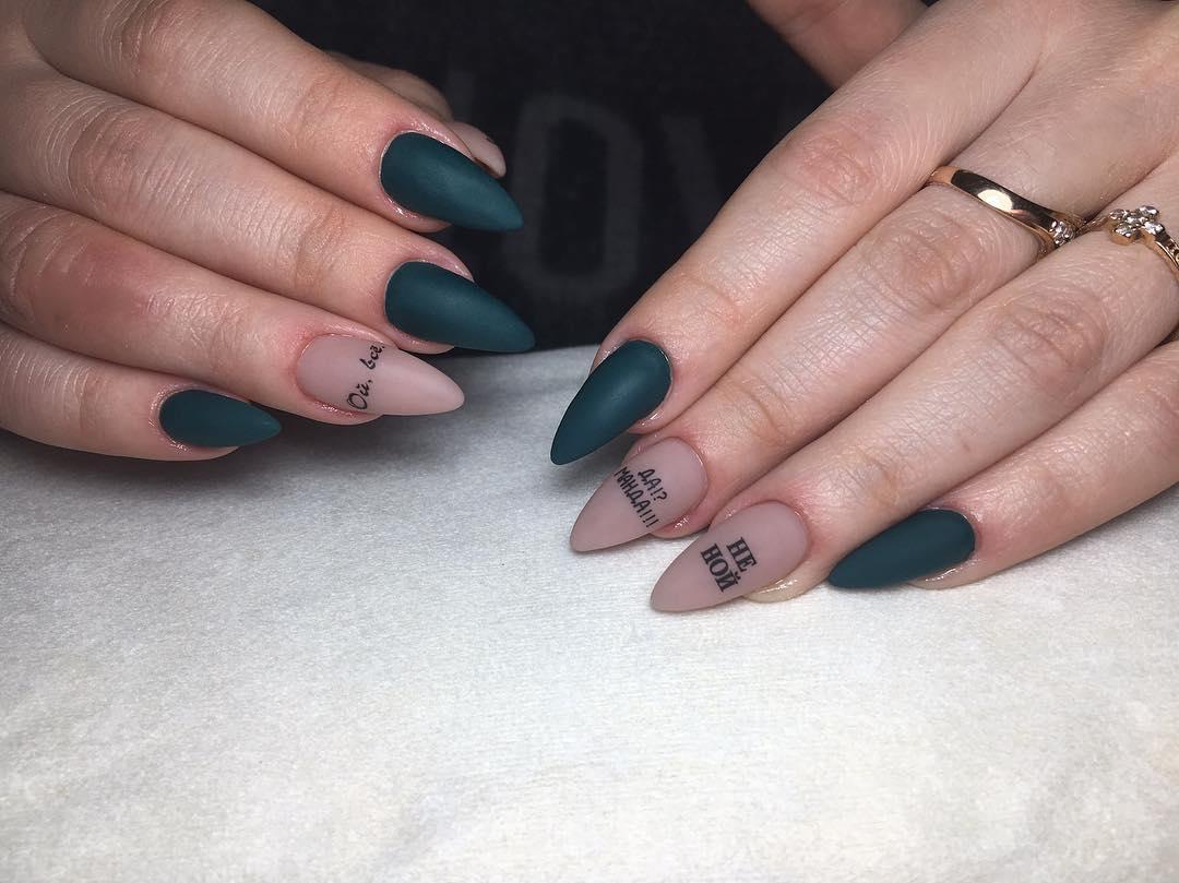 Буквы, слова и надписи на ногтях фото_24