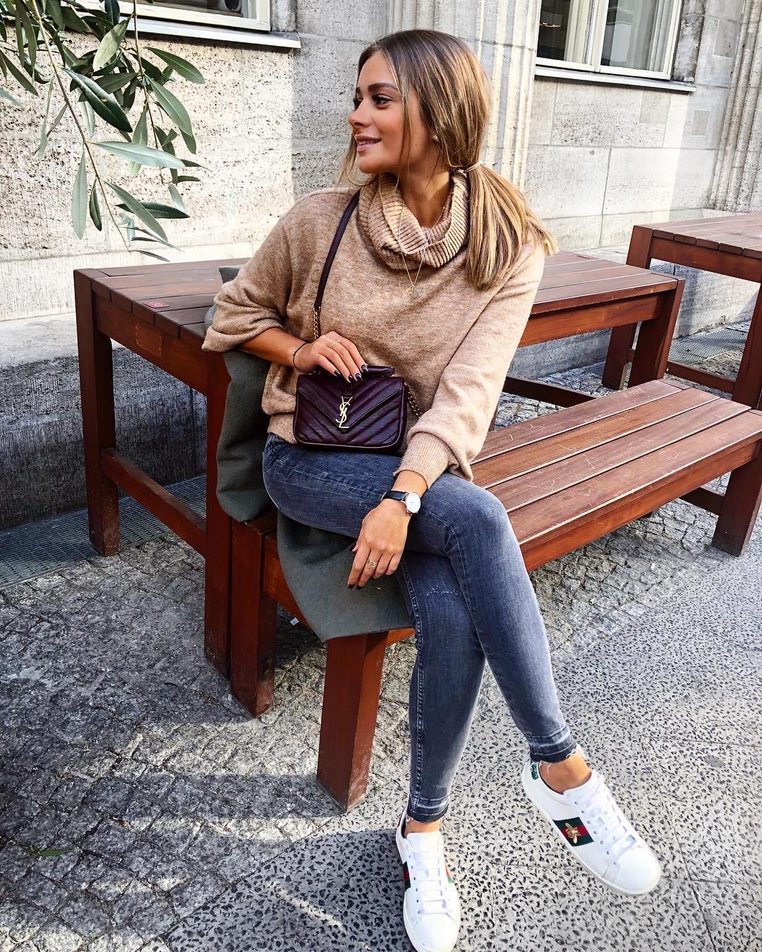 Джинсы с трикотажными вещами как стильно носить осенью и зимой 2018-2019 фото13