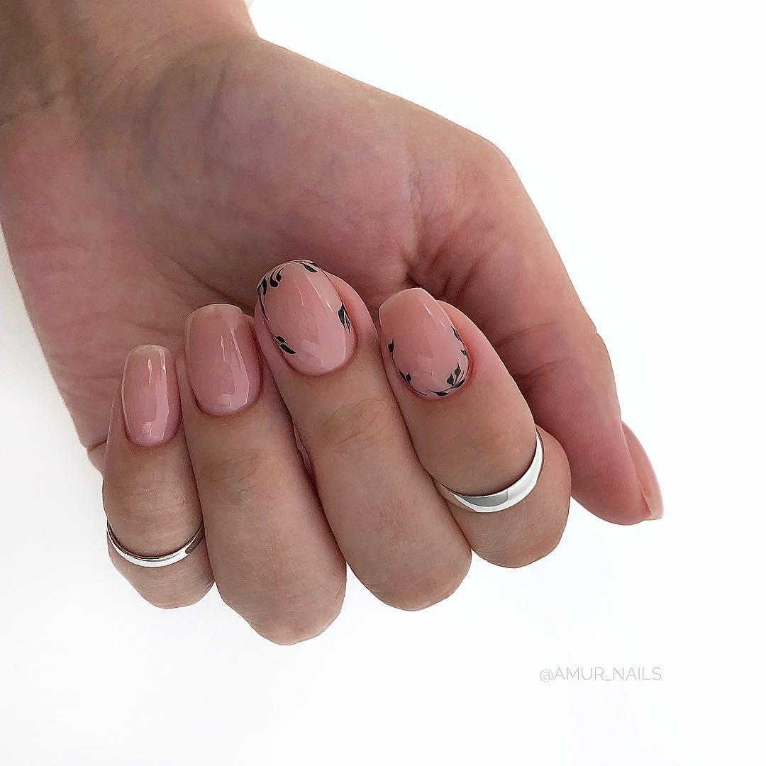 светлый маникюр на коротких ногтях фото_7