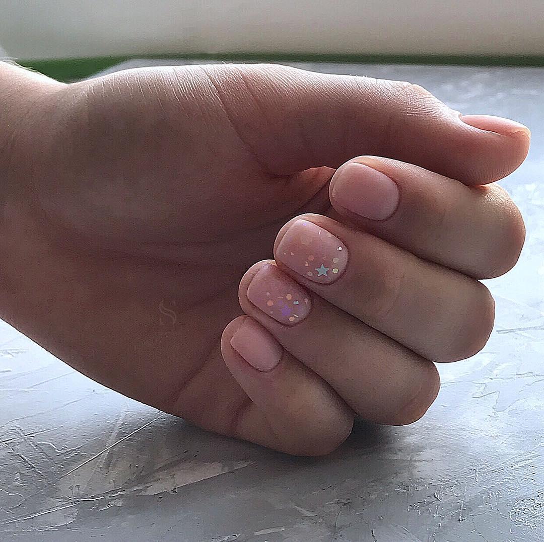 Светлый маникюр на коротких ногтях 2019-2020