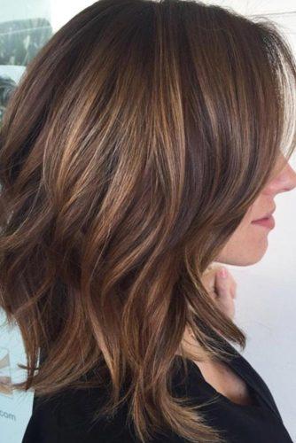 Растрепанная прическа на средние волосы
