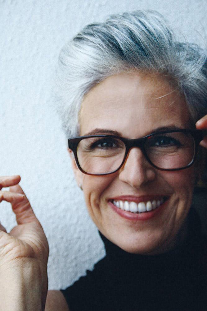прически для 50-летних женщин фото 18