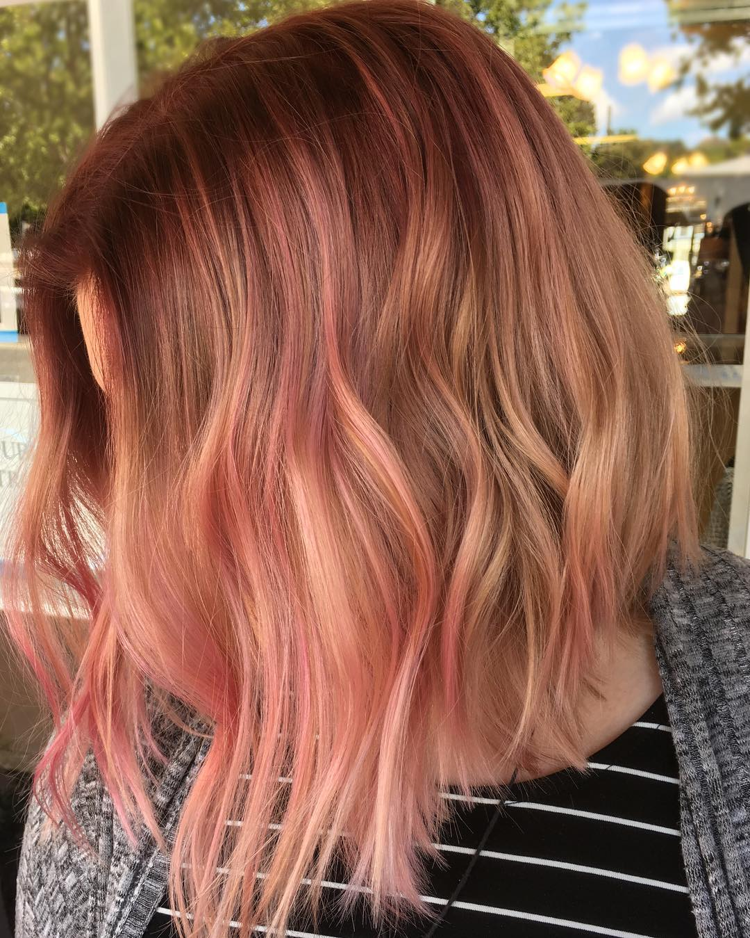 прически с розовыми оттенками фото 11