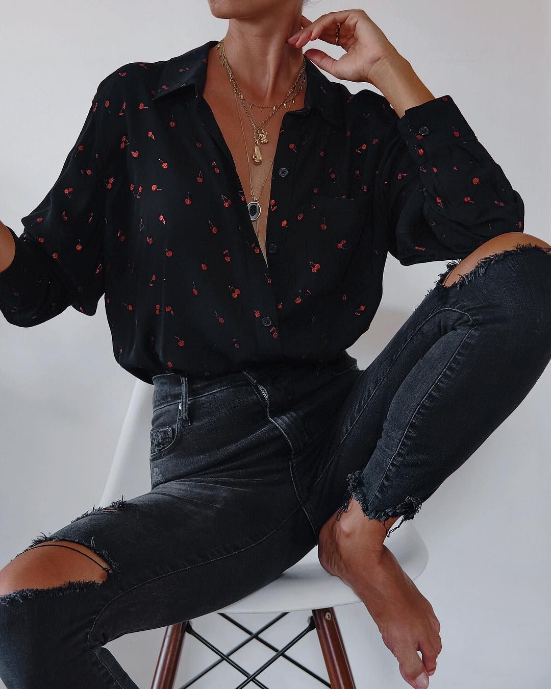 Черная рубашка и джинсы фото 6