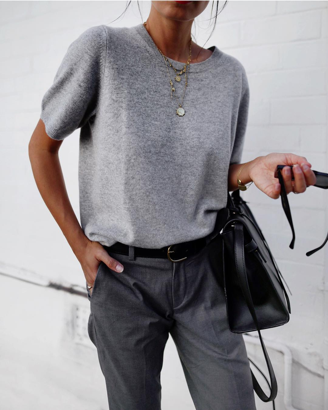 серые брюки фото 6