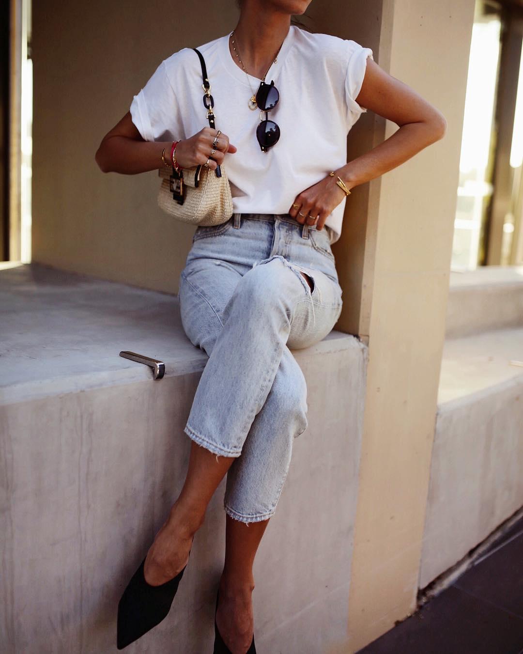 Джинсы и белая футболка фото 3