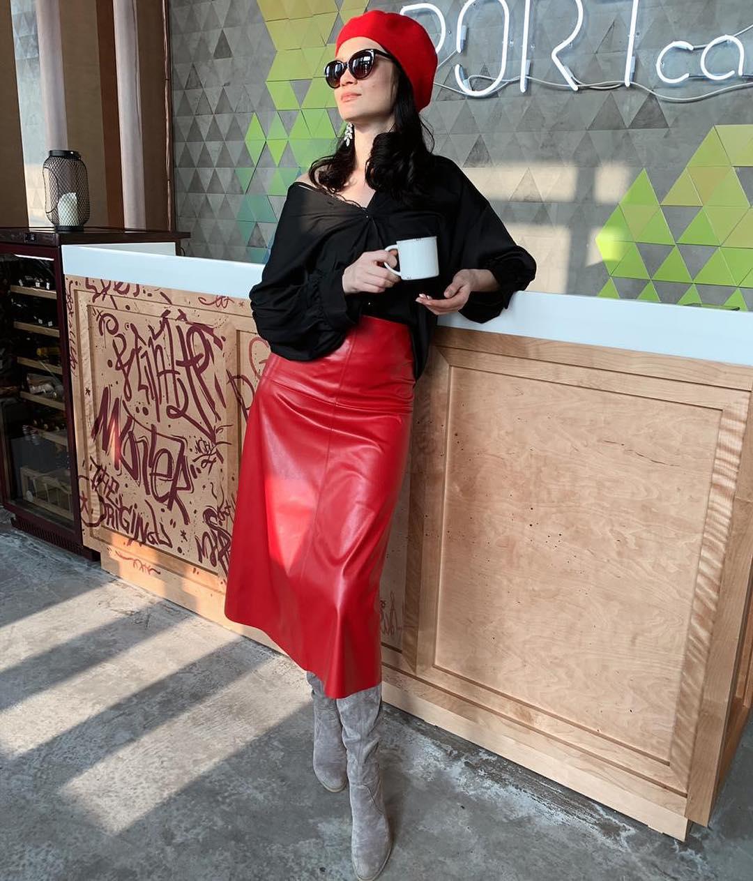 Красная юбка с блузой фото 6