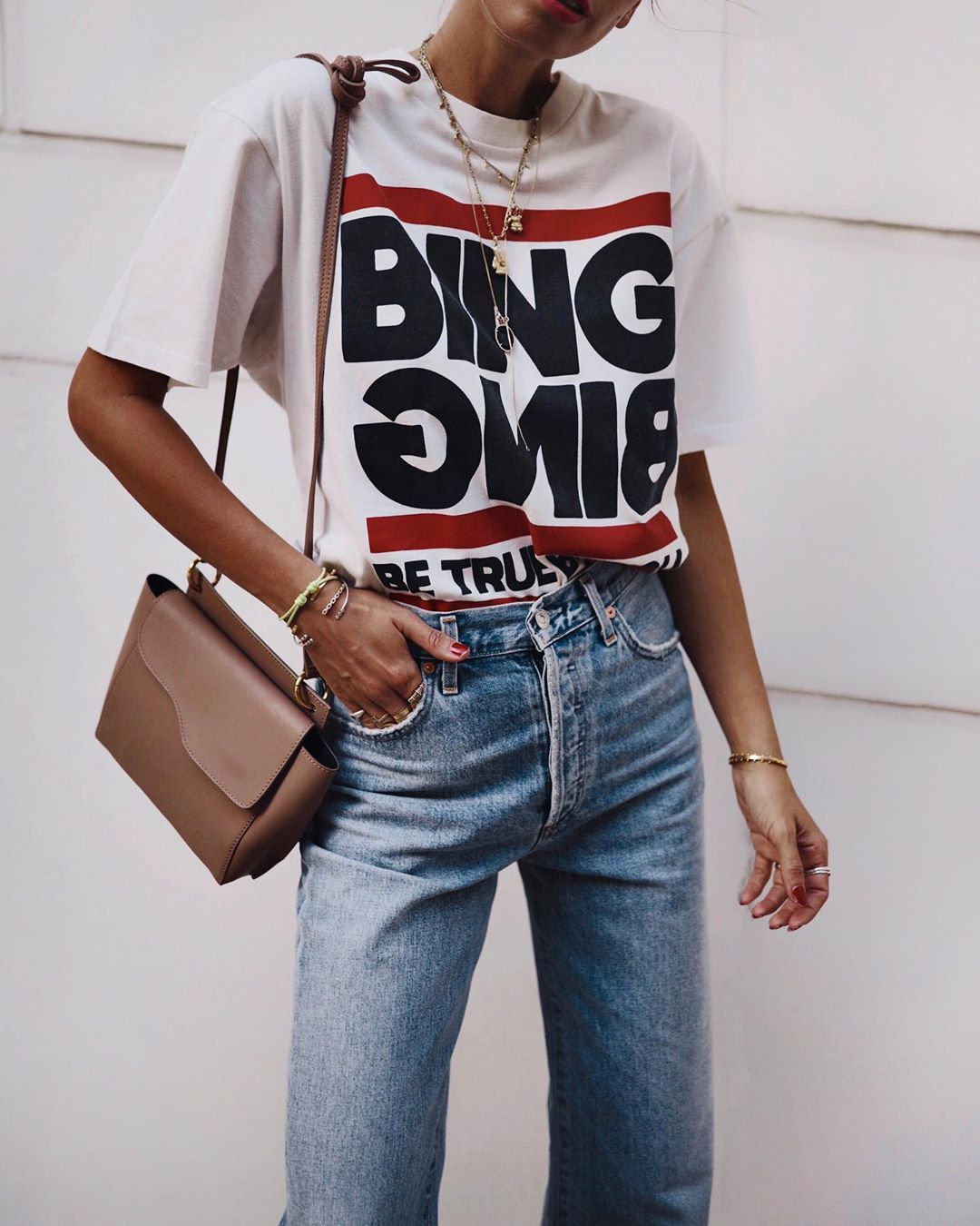 Джинсы и белая футболка фото 4