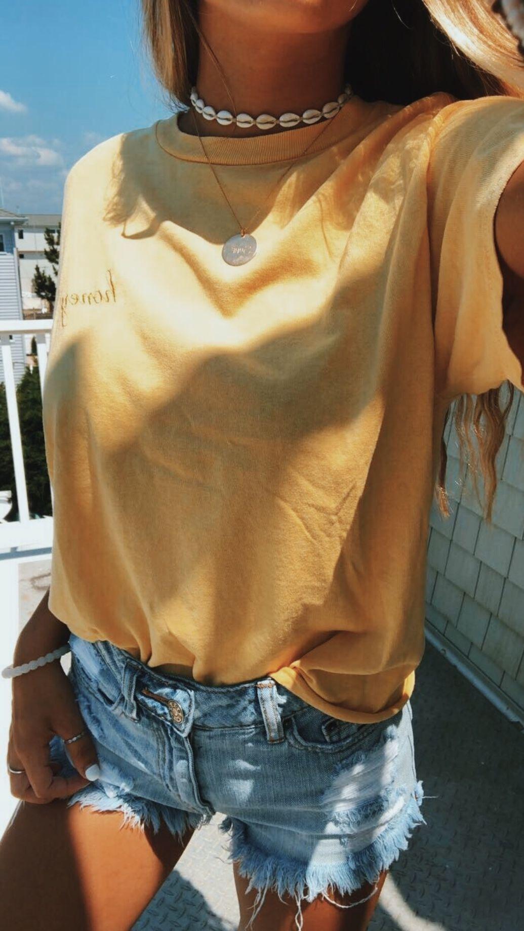 Жёлтая футболка фото 15