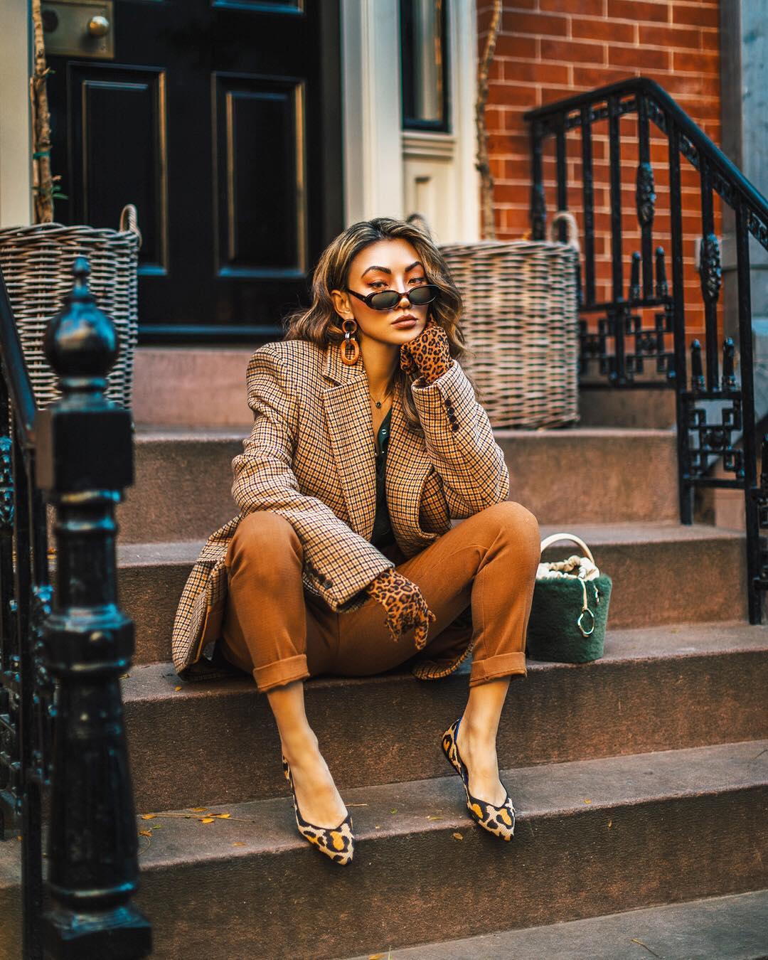модные осенние образы в коричневом цвете фото 6