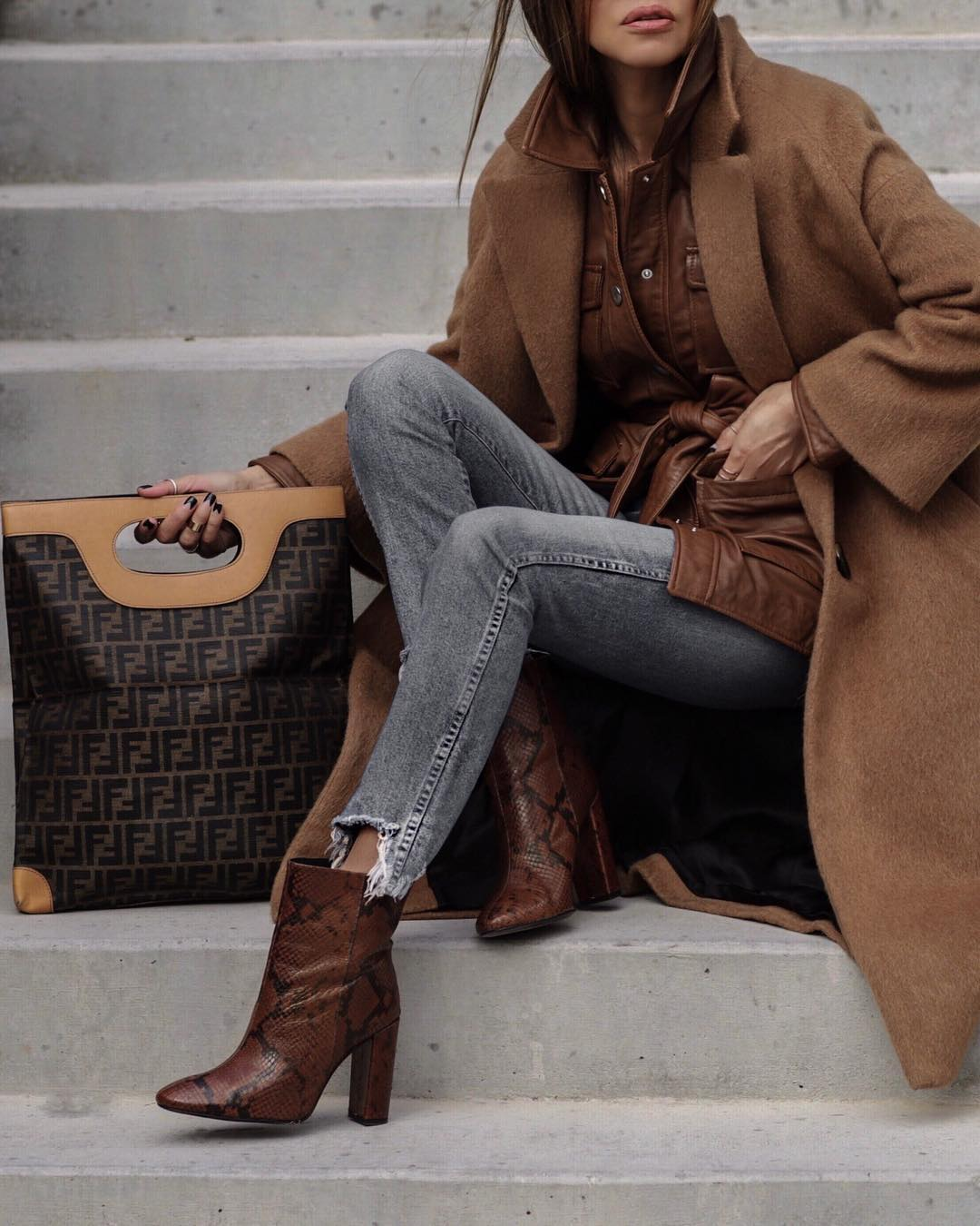модные осенние образы в коричневом цвете фото 8