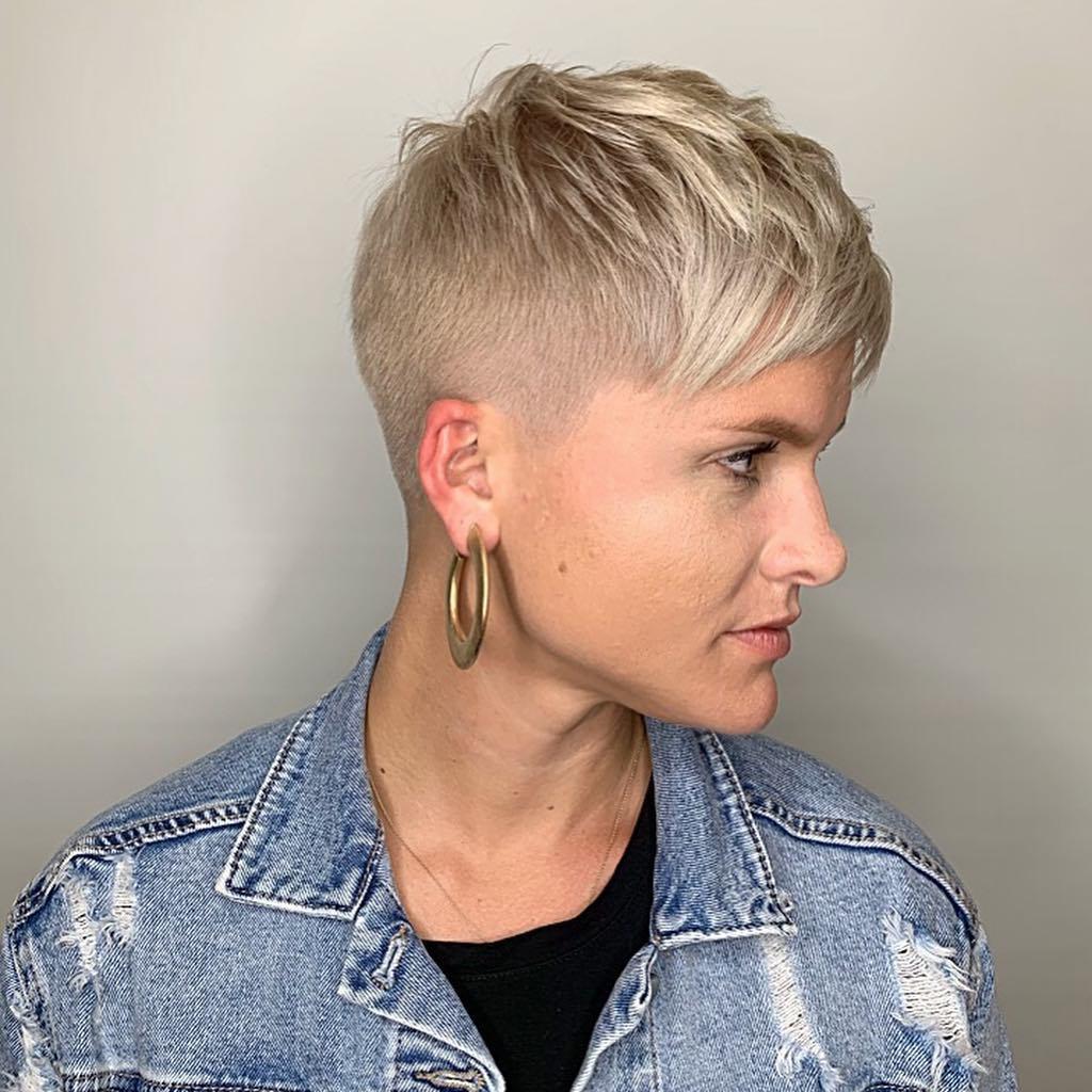 Женские стрижки на короткие волосы с разными челками фото 5