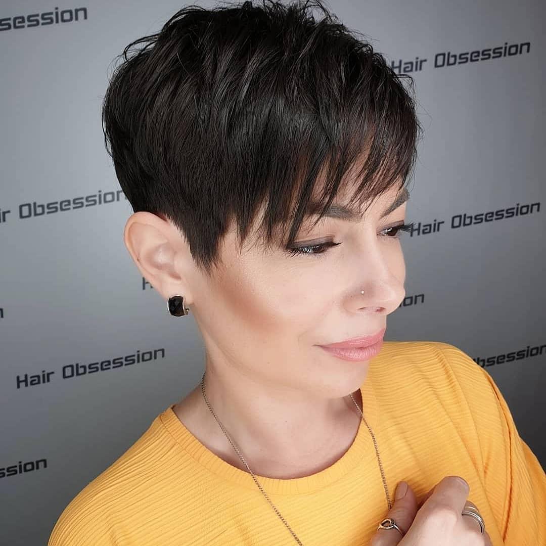 Женские стрижки на короткие волосы с разными челками фото 17