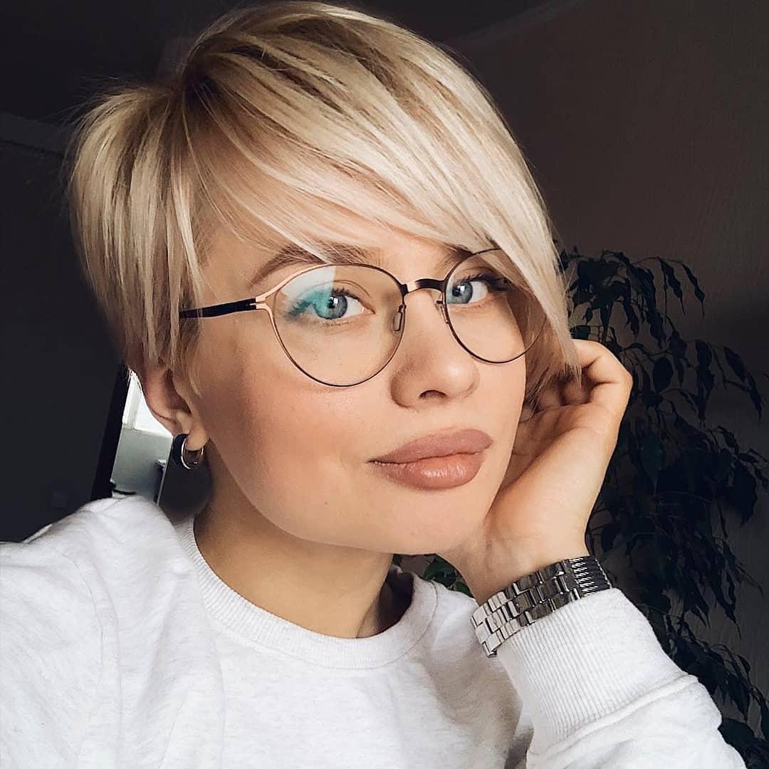 Женские стрижки на короткие волосы с разными челками фото 20