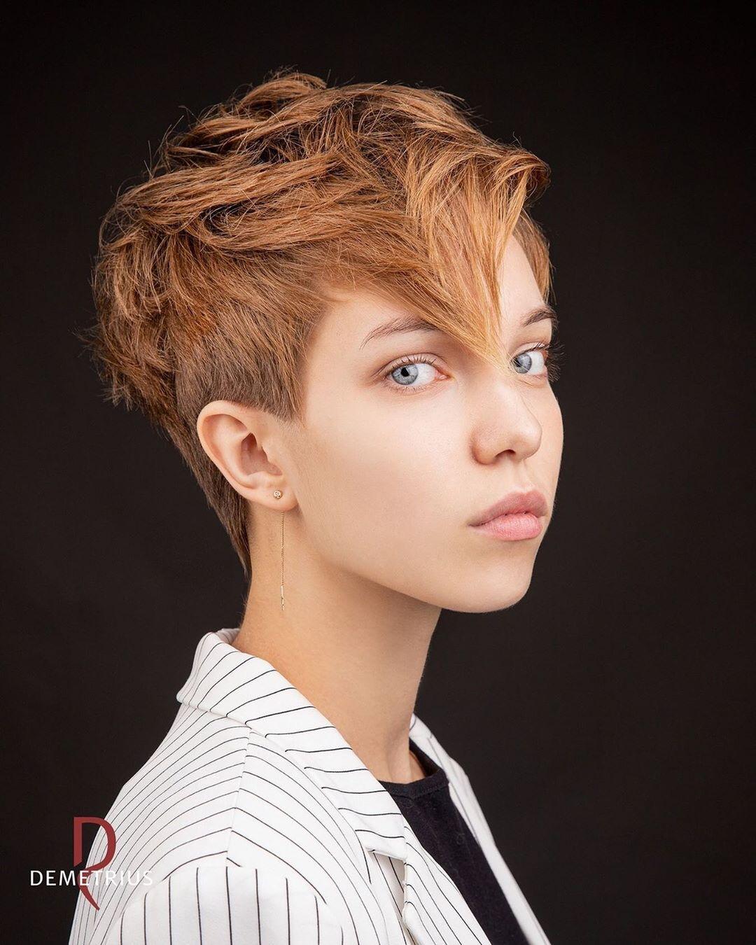 Женские стрижки на короткие волосы с разными челками фото 25