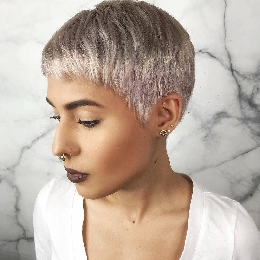 Женские стрижки на короткие волосы с разными челками фото 9