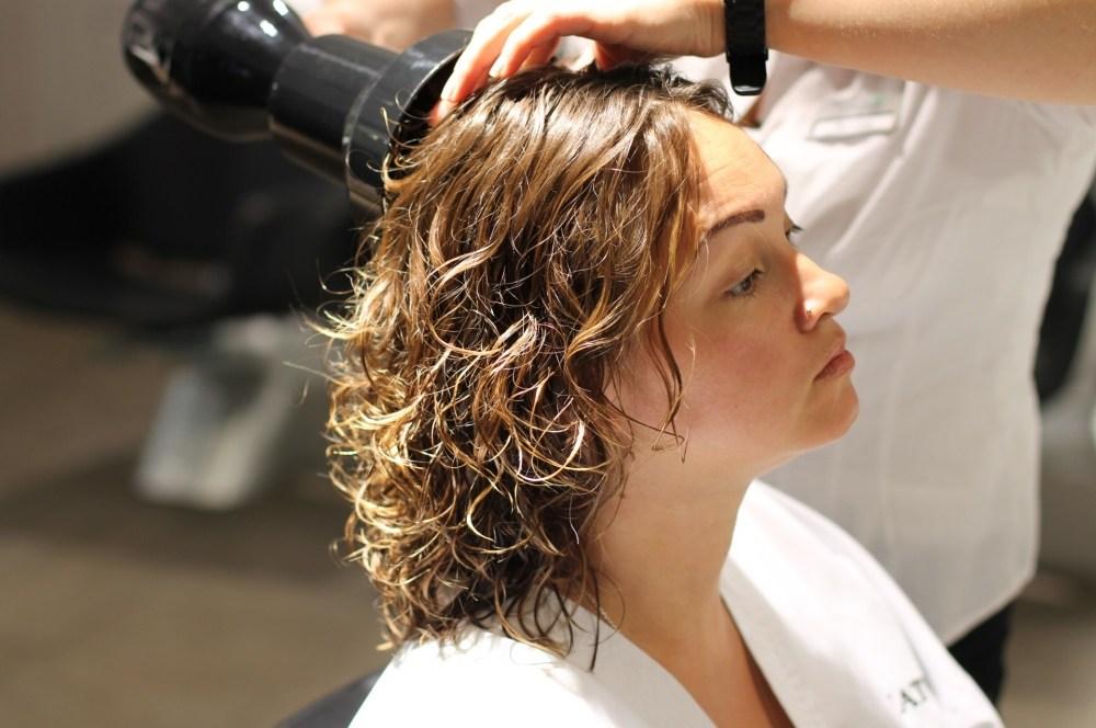 Модные укладки на средние волосы без челки фото 4
