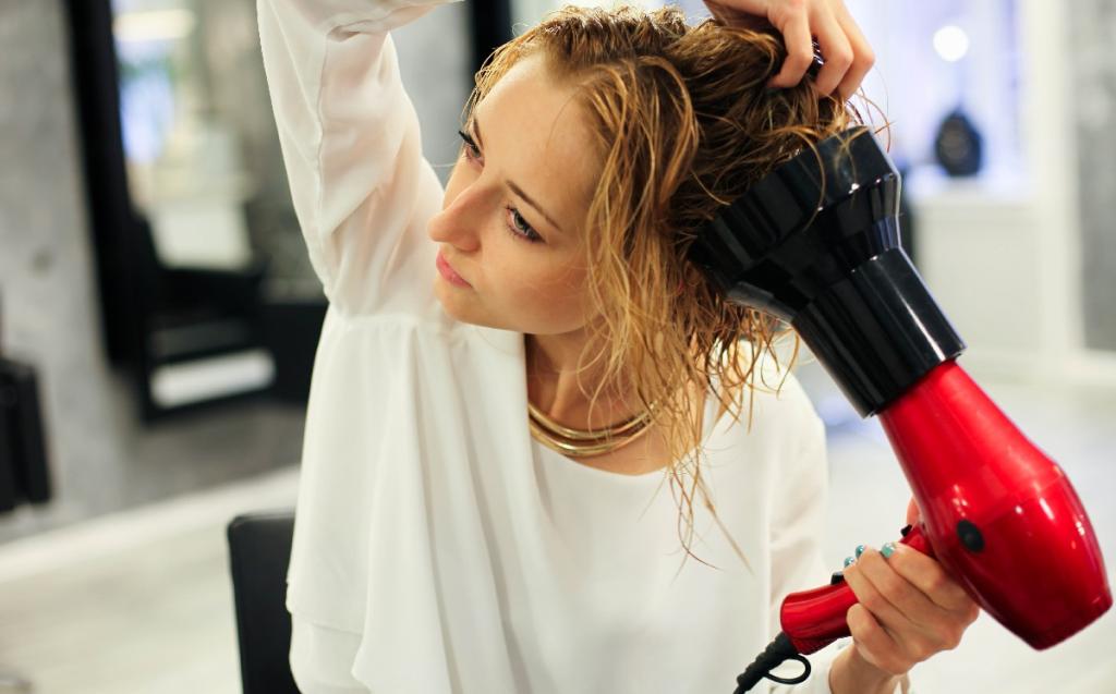 Модные укладки на средние волосы без челки фото 7