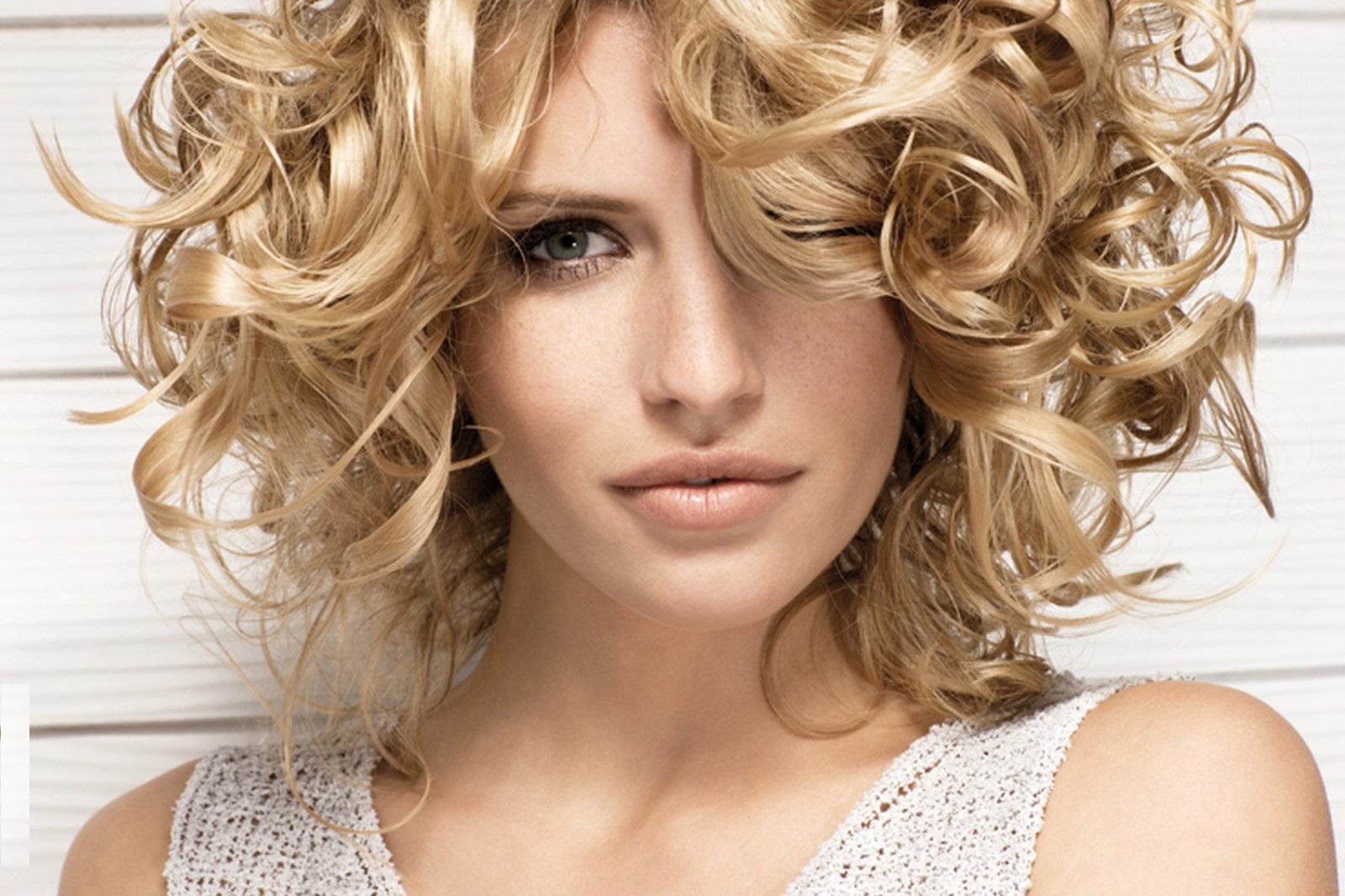 Модные укладки на средние волосы без челки фото 8