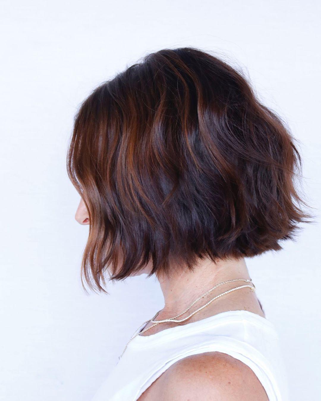 Стрижки после 50 лет на каштановые волосы фото 3