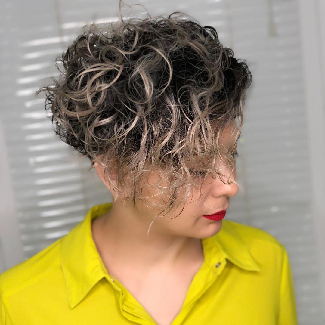 Стрижки после 50 лет на кудрявые волосы 2019-2020 фото 3