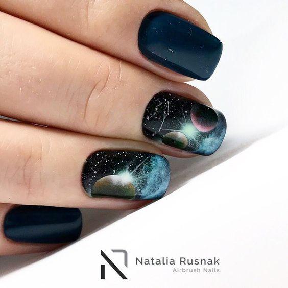 Звездное небо на ногтях фото 39
