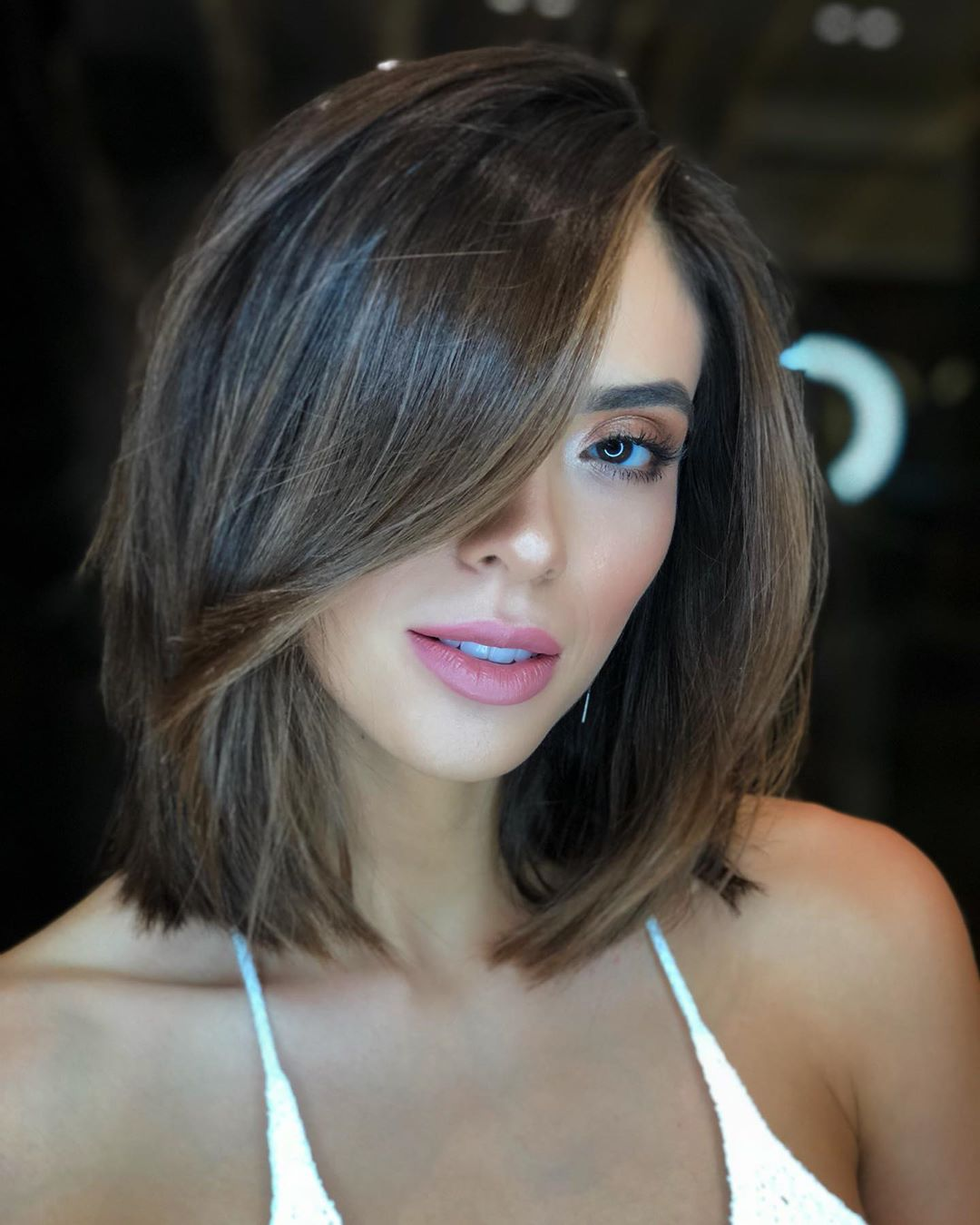 прически на средние волосы с челкой 2020 фото 1