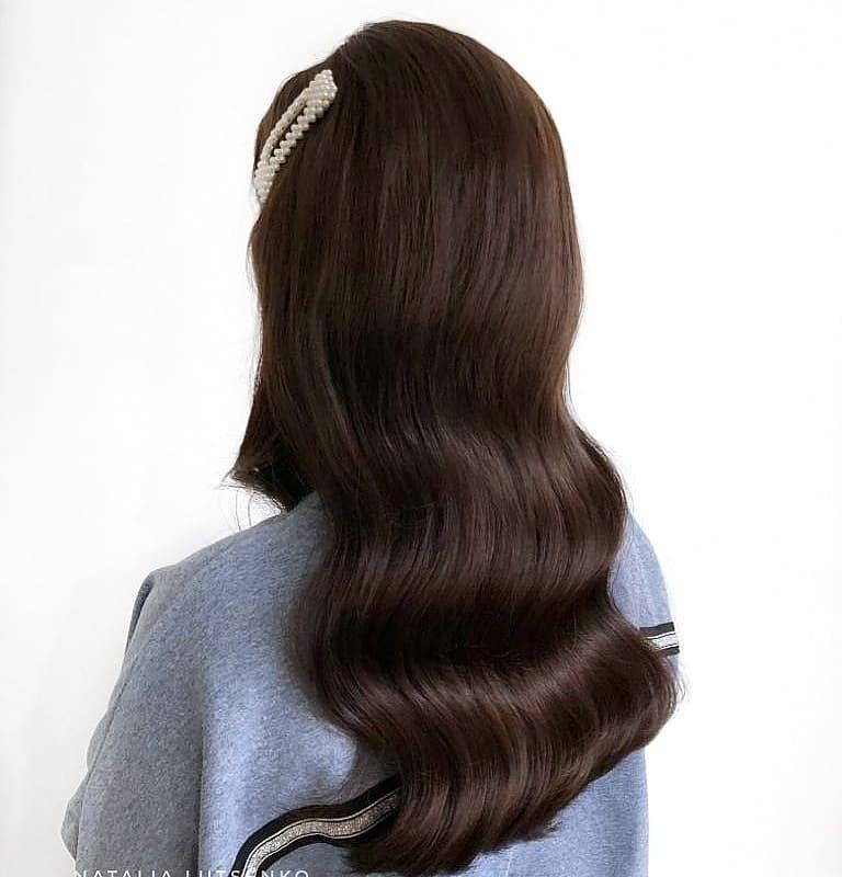Новогодние прически и укладки 2020 на все виды волос фото 25