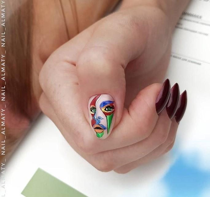 Девушка на ногтях фото 74