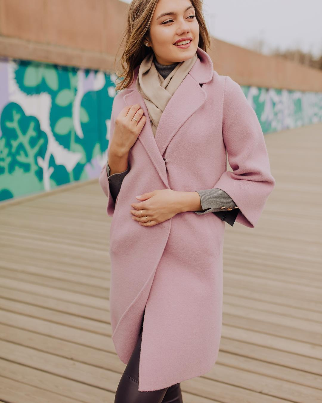 с чем носить пудровое пальто фото 6